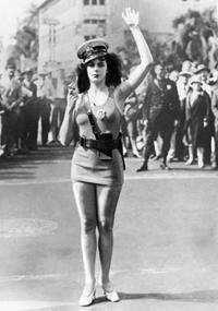 Frau als modische Verkehrspolizistin