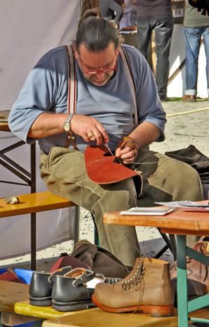 Schuh-Bertl bei der Arbeit